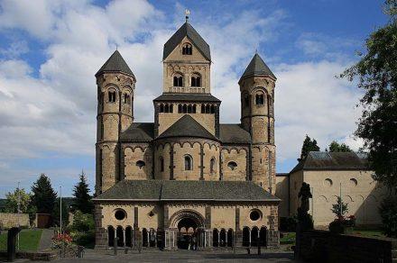 Kloster Maria Laach, Westwerk, 1127-1152, mit Paradies um 1220 in Weiberner Tuff, verschiedenen Basaltlaven, Kalkstein und anderen Sorten.