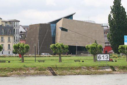 Informationszentrum in Andernach zum größten Kaltwassergeysir Europas. An der Fassade Mendiger Basaltlava und Weiberner Tuffstein. Foto: Peter Becker