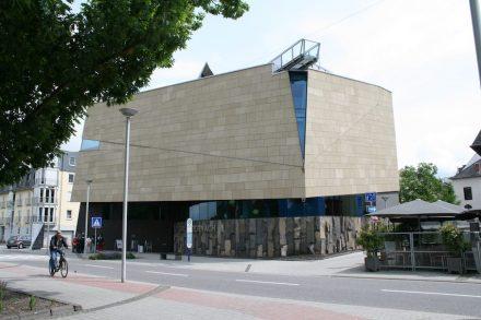 Informationszentrum in Andernach zum größten Kaltwassergeysir Europas. Am Eingang Basaltlava in Krustenplatten. Foto: Peter Becker