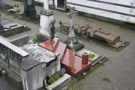 Grabmale sind oft aufwändige und kostspielige Naturstein-Produkte. Foto vom Cimitero Monumentale in Mailand, 2019.