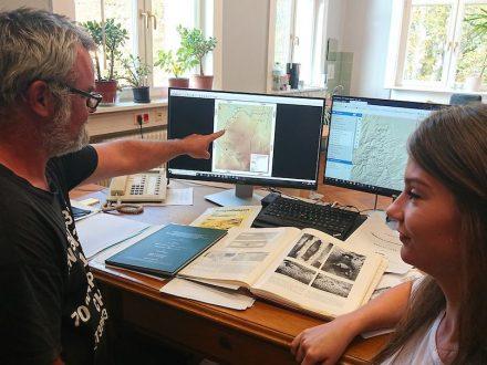 Dr. Gösta Hoffmann und Sabine Kummer von der Universität Bonn vollziehen anhand von archäologischen Publikationen den Verlauf des Eifel-Aquädukts nach. Foto: Eva Heumann-Lange