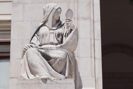 Stone-Ideas.com hat zurückgeschaut auf die letzten 10 Jahre in der Steinbranche. Die Statue befindet sich in Lissabon vor dem Parlament und zeigt allegorisch die Gerechtigkeit. Foto: Tina Speicher