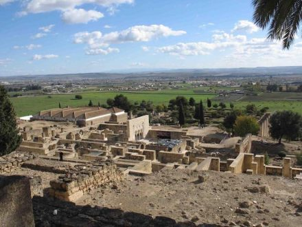 Blick über die Reste der Palaststadt Madinat al-Zahra. Im Hintergrund Córdoba.