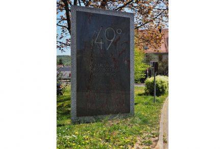 "Granitplatte für den 49. Breitengrad. Foto: Kreuzschnalbel / <a href=""https://commons.wikimedia.org/""target=""_blank"">Wikimedia Commons</a>"