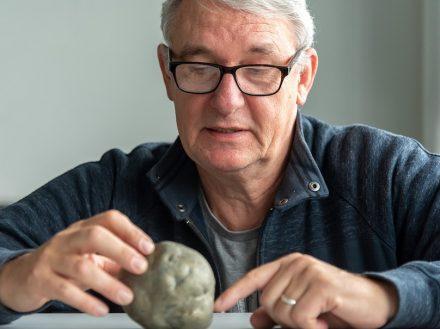 Dr. Martin Kölling mit einer Pyritknolle. Foto: Marum / V. Diekamp