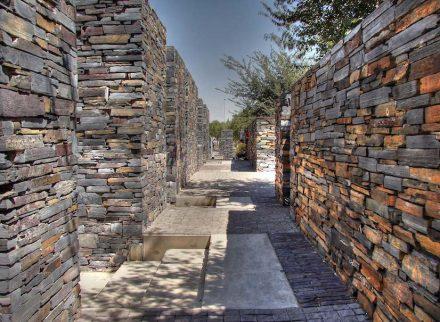 """Das Hector Pieterson Museum, errichtet aus lokalem Stein, in Soweto, einem zu Johannesburg gehörenden Township. Foto: Babak Fakhamzadeh / <a href=""""https://commons.wikimedia.org/""""target=""""_blank"""">Wikimedia Commons</a>"""