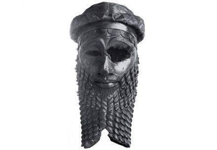"""Bronzekopf eines akkadischen Königs, gefunden in Ninive, höchstwahrscheinlich Sargon von Akkad oder seinen Enkel Naram-Sin darstellend. Foto: Iraqi Directorate General of Antiquities / <a href=""""https://commons.wikimedia.org/""""target=""""_blank"""">Wikimedia Commons</a>"""