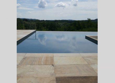 Bei Swimmingpools sowohl im Außen- als auch im Innenbereich wird vielfach Naturstein für die Umrandung des Beckens verwendet.
