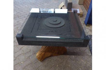 """""""Tischplatte auf Holzfuß"""" von Jan Lukas Kieling, ausgebildet bei der Petrax Naturstein GmbH in Homberg (3. Platz Steinmetz)."""