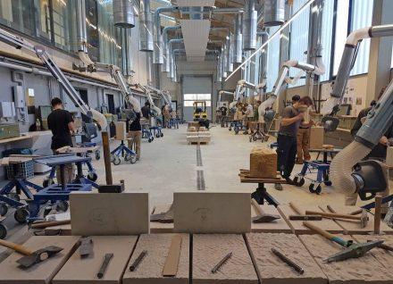 Die Kursteilnehmer bei der praktischen Arbeit in der Werkhalle II in Wunsiedel.