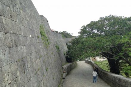 """Fortification wall around Shuri castle. Photo: Soramimi / <a href=""""https://commons.wikimedia.org/""""target=""""_blank"""">Wikimedia Commons</a>"""
