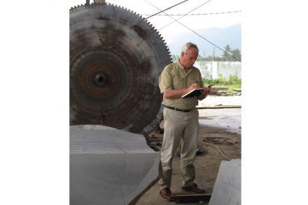 Heinecke Werner bei einem Steinverabreiter in Asien. Foto: Win=WiN.