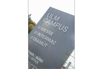 "Logos der Biesse Group am ""Ulm Campus""."
