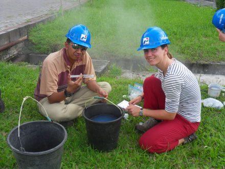 Maren Brehme und Muhamad Andhika bei der Fluidprobennahme in Lahendong.