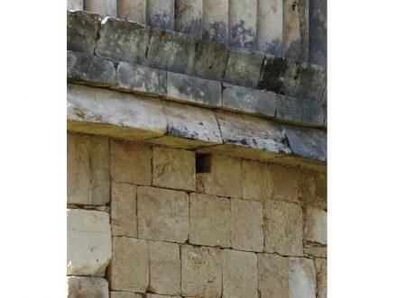 Viele Maya-Bauten tragen am Übergang vom unteren zum 1. Geschoss kleine, rechteckige Löcher, dies über die ganze Gebäudebreite und in regelmäßiger Anordnung.