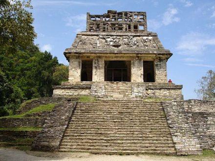 """Tempelpyramide in Palenque. Die Stoffbahnen waren hier an Ösen direkt an den Wänden einghängt. Foto: A.Skromnitsky / <a href=""""https://commons.wikimedia.org/""""target=""""_blank"""">Wikimedia Commons</a>"""