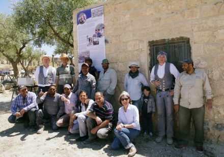 The participants of a course. In front right Dr. Claudia Bührig. The stonemasons can easily be recognized by their cleft: Tobias Horn on the far left, 2nd from right André Gravert. Source: German Archaeological Institute, Orient Department