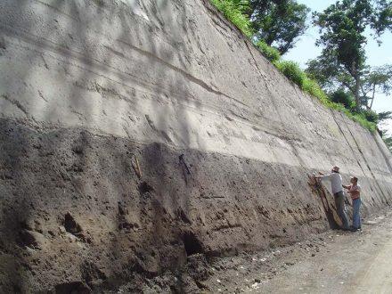 Unterhalb der hellen Ablagerungen einer gewaltigen Vulkaneruption in El Salvador sind im dunklen Boden noch die Pflugspuren der Maya zu erkennen. Foto: Steffen Kutterolf / Geomar