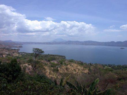 Die Caldera des Ilopango in El Salvador, heute ein See. Die hellen Ablagerungen im Vordergrund stammen von der Eruption im Jahr 539/540. Im Hintergrund ist der San-Vicente-Stratovulkan zu sehen. Foto: Armin Freundt / Geomar