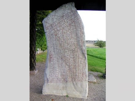 "Der Runenstein von Rök. Foto: Bengt Olog Aradsson / <a href=""https://commons.wikimedia.org/""target=""_blank"">Wikimedia Commons</a>"