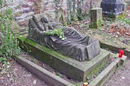 """Grab der Caroline. Die junge Frau verstarb mit 17 Jahren im Jahre 1867; seitdem ist es beinahe täglich mit frischen Blumen geschmückt. Um die rätselhaften Spender der Blumen gibt es in Freiburg viele Legenden, schreibt Wikipedia. Foto: joergens.mi / <a href=""""https://commons.wikimedia.org/""""target=""""_blank"""">Wikimedia Commons</a>"""