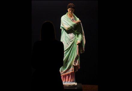 Experimentelle Farbrekonstruktion der Statue einer Frau, die sich in einen Mantel hüllt, sogenannte Kleine Herkulanerin, 2019, Liebieghaus. Original mit Farbfassung: Delos, 2. Jahrhundert v.Chr., Marmor, Archäologisches Nationalmuseum, Athen.