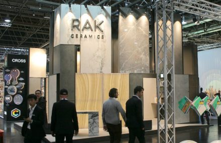 "<a href=""https://www.rakceramics.com""target=""_blank"">RAK Ceramics</a>. Foto: Peter Becker"