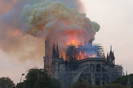 "Notre-Dame im Feuer am 15. April 2019. Foto: GodefroyParis / <a href=""https://commons.wikimedia.org/""target=""_blank"">Wikimedia Commons</a>"