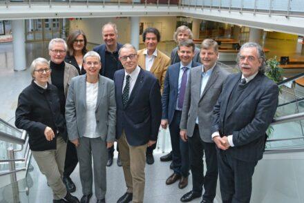 Die Fachjury (v.l.n.r.):  1. Reihe: Arch. Prof. Gesine Weinmiller, Arch. Susanne Wartzeck (BDA-Präsidentin), Joachim Grüter (DNV-Präsident), Ulrich Klösser, Thomas Hippelein;   2. Reihe: Arch. Prof. Arno Lederer, Hermann Graser; 3. Reihe: Innenarch. Pia A. Döll (bdia-Präsidentin), Arch. Prof. Felix Waechter, Heinrich Georg Hofmann, Landschaftsarch. Till Rehwaldt (bdla-Präsident).