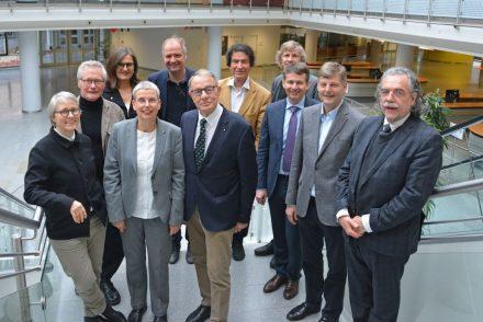 Die Fachjury (v.l.n.r.): 1. Reihe: Arch. Prof. Gesine Weinmiller, Arch. Susanne Wartzeck (BDA-Präsidentin), Joachim Grüter (DNV-Präsident), Ulrich Klösser, Thomas Hippelein; 2. Reihe: Arch. Prof. Arno Lederer, Hermann Graser; 3. Reihe: Innenarch. Pia A. Döll (bdia-Präsidentin), Arch. Prof. Felix Waechter, Heinrich Georg Hofmann, Landschaftsarch. Till Rehwaldt (bdla-Präsident).   <a href=