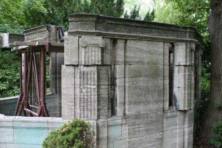 Steinmetze restaurieren das Grabmal des Kgl. Hofsteinmetzmeisters Matthias Carl Schilling auf dem Alten Katholischen Domfriedhof in der Berliner Liesenstraße. Foto aus dem Jahr 2015.