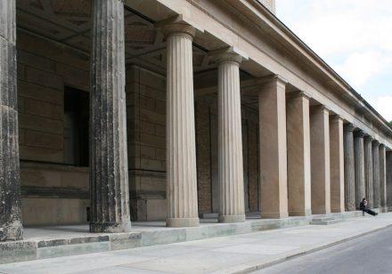 Restaurierung kann sehr unterschiedliche Arten von Arbeiten umfassen. Foto eines Säulengangs auf der Berliner Museumsinsel.