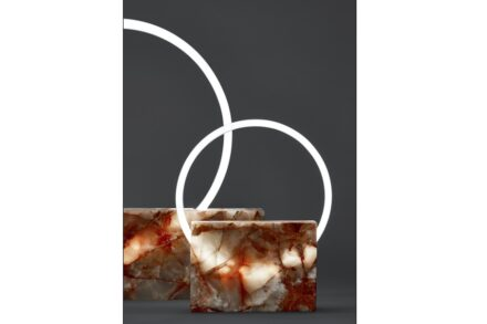 The Voie Light project. The Stone Edition by Sabine Marcelis: blocks of marble and their pure volumes are criss-crossed by luminous circles to highlight veins and narrate the sedimentation of time. The lamps designed by Bloc Studio enhance the magic of marble thanks to the neon landscape.