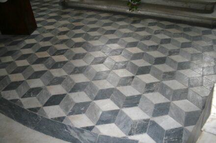 Fußboden in einer Kapelle in Pietrasanta unweit von Massa-Carrara.