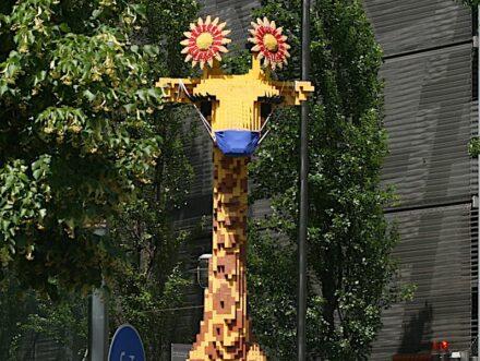 Der Mund-Nasenschutz ist vielerorts noch obligatorisch. Foto vom Legoland in Berlin.
