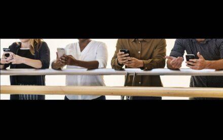 """Die jungen Leute von heute hängen buchstäblich am Smartphone und am Internet. Foto: Rawpixel.com / <a href=""""https://commons.wikimedia.org/""""target=""""_blank"""">Wikimedia Commons</a>"""
