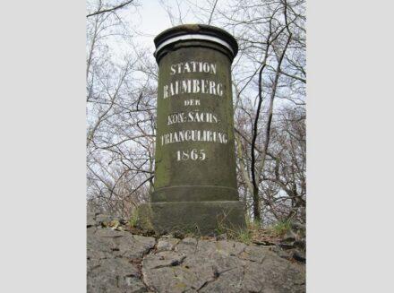 """Die Triangulierungssäule auf dem Raumberg in der Sächsischen Schweiz. Foto: Lapidem / <a href=""""https://commons.wikimedia.org/""""target=""""_blank"""">Wikimedia Commons</a>"""