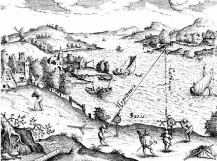 "Triangulation im 16. Jahrhundert. Quelle: <a href=""https://commons.wikimedia.org/""target=""_blank"">Wikimedia Commons</a>"