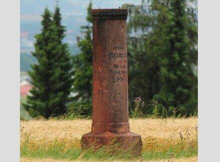 """Die Triangulierungssäule von Ebersbrunn unweit von Zwickau. Foto: Lysippos / <a href=""""https://commons.wikimedia.org/""""target=""""_blank"""">Wikimedia Commons</a>"""
