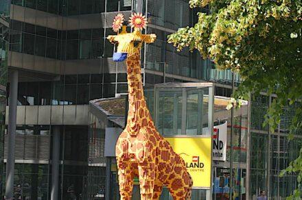 Klare Ansage, was geht und was nicht: auch die Giraffe vor dem Legoland am Berliner Potsdamer Platz muss zurzeit einen Mund-Nasenschutz tragen.