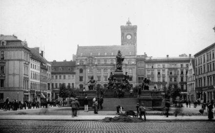 Blick über Neuen Markt mit Luther-Denkmal, das Rote Rathaus im Hintergrund...