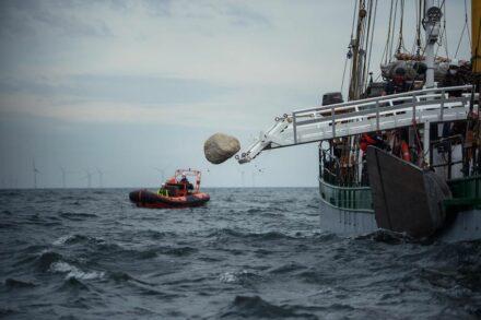 Einer der Granitfelsen wird in der Ostsee versenkt.