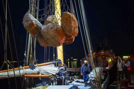 """Die Granitbrocken werden an Bord der """"Beluga II"""" geladen."""