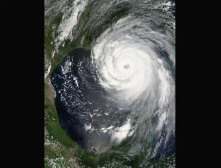 "Hurrikan Katrina am 28. August 2005 über dem Golf von Mexiko. Foto: Jeff Schmaltz, MODIS Rapid Response Team, NASA/GSFC / <a href=""https://commons.wikimedia.org/""target=""_blank"">Wikimedia Commons</a>"