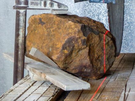 Laser guided stone saw cutting  'Blaubeuren'. Photo: Gabriele Heinlein