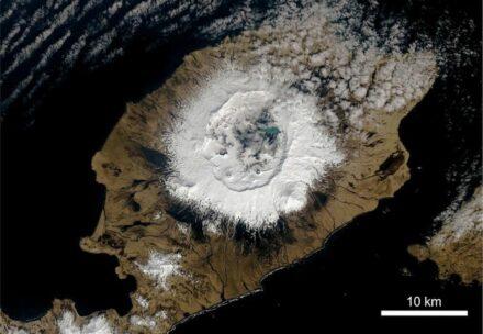 Der Okmok erhebt sich als breiter Schildvulkan 1073 m über dem Meeresspiegel mit einer 10 km breiten Caldera, die während des Ausbruchs im Jahr im Jahr 43 vor Christus geformt wurde. Foto: NASA Earth Observatory, U.S. Geological Survey, Joshua Stevens
