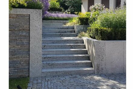"Winner: category ""Landscaping and garden planning"": Redesign of a garden, Reichelsheim; Architects: Backhaus & Barnett landscape architects, Wiesbaden; Used natural stone: Kohlplatter Shell Limestone; Photo: Annette Barnett, Wiesbaden."