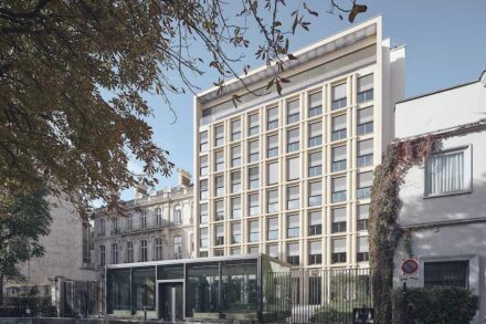 """Winner: category """"Public and commercial buildings"""": German Embassy in Paris; Architects: Prof. D.G. Baumewerd, Münster; Used natural stone: facade: St. Maximin Ferme Fine Limestone, exterior flooring: Jurassic Limestone; Photos: Jerome Epaillard, Paris."""