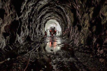 Blick in den neuen Albulatunnel auf einer Teilstrecke mit festem Fels.