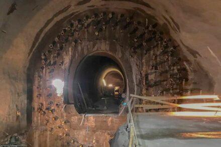 Der Tunnelabschnitt durch die Störzone ist herausgebrochen und gesichert. Die Rohre für die Vereisung sind noch zu sehen.